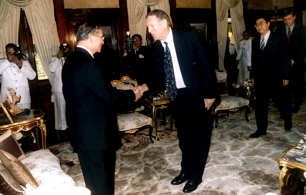 King Bhumibol greets former IRRI Director General Ronald Cantrell during an August 2004 visit to update His Majesty on IRRI's work. (Photo: IRRI)