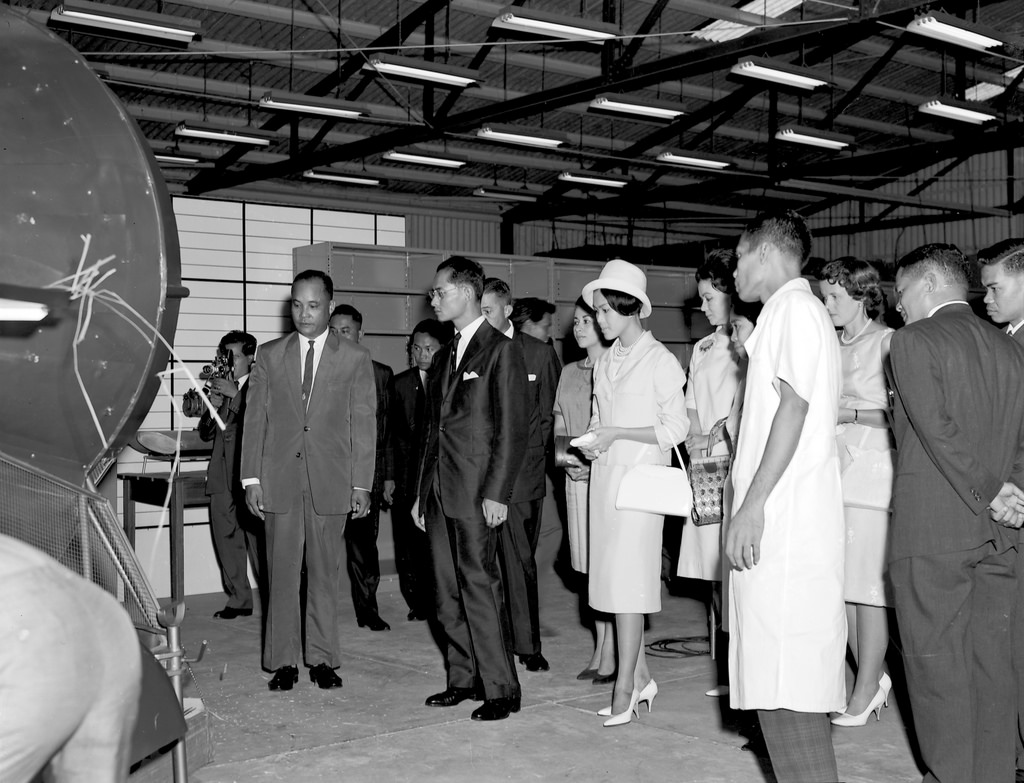 HM King Bhumibol and Queen Sirikit inspect the IRRI agricultural engineering unit during a July 1963 visit. (Photo: IRRI)