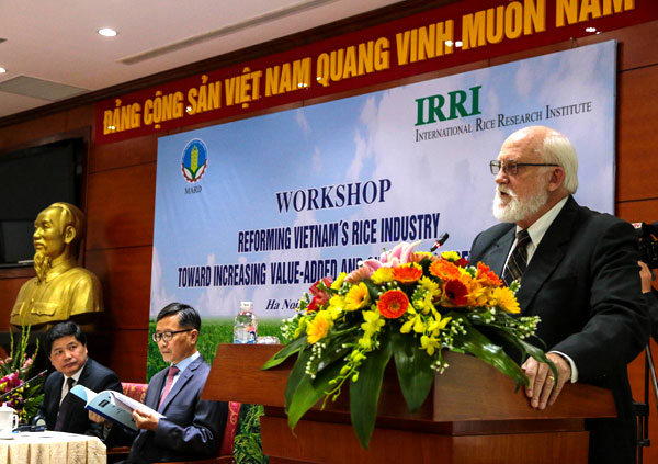 IRRI Director General Bob Zeigler speaks in Vietnam