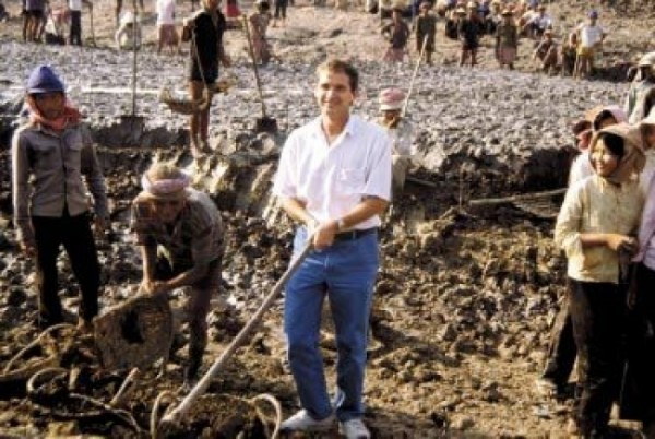 Dr. Harry Nesbitt pitches in during construction, in 1990, of one of the earliest post-war irrigation canals  (Photo: IRRI)