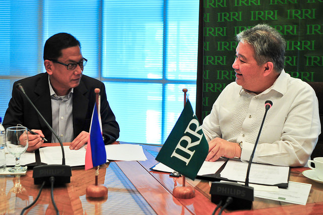 NFA Administrator Renan Dalisay (left) and IRRI Deputy Director for Communication and Partnerships signed a memorandum of understanding on improving rice quality in the Philippines. (Photo: IRRI)