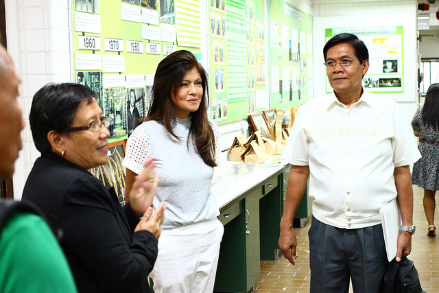 Ilocos Norte Governor Imee Marcos (in white) is briefed by Ms. Flora de Guzman genebank manager, Genetic Resources Center. Gov. Marcos visited IRRI to find viable interventions to climate-related challenges facing rice farmers in her province. (Photo: IRRI)