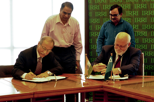 Hon. Shri Ashish Bahuguna (left), former head of the Department Secretary of Agriculture and Cooperation in India, meets IRRI Director General Robert Zeigler during his visit to IRRI in 2012.