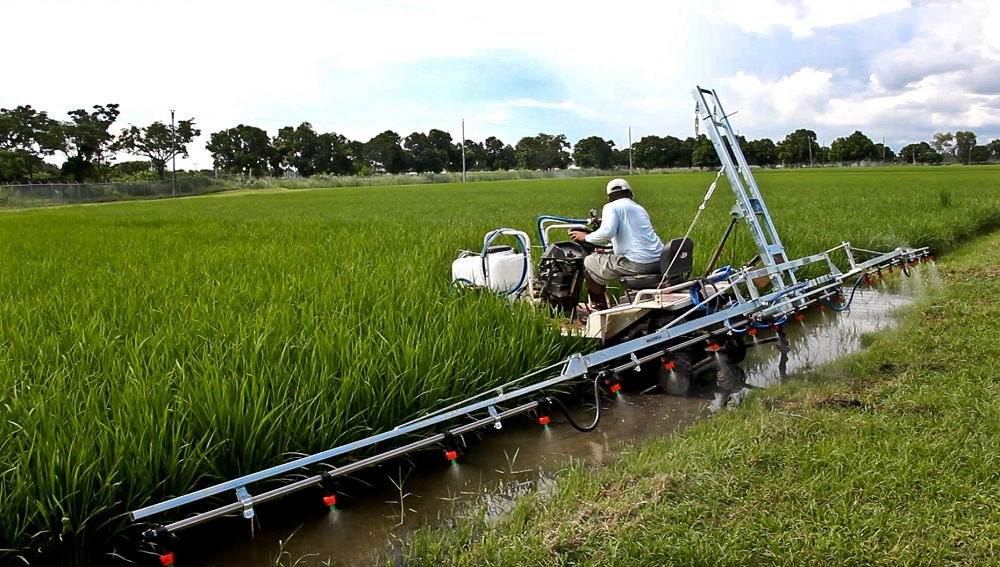Substituting fertilizer for salt and sand. In Europe, the POLARO is used to spread salt and sand for better road traction. In Asia, this lightweight machine can be attached to a four-wheel undercarriage for fertilizer and crop care application. (Photo: Isagani Serrano, IRRI)