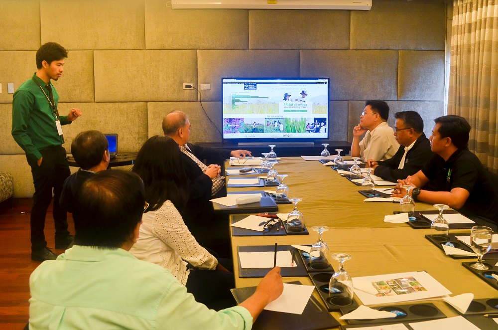 IRRI Information System Specialist Abel Callejo presents the PRISM website to agriculture executives and other government officials. (Photo by Neale Paguirigan)