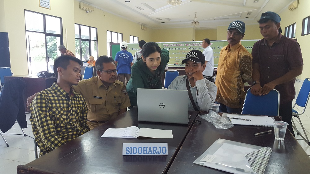 Farmers and extension personnel from Sidorharjo learn basic video editing skills as part of the workshop series on producing effective participatory videos. (Photo by R. Quilloy)