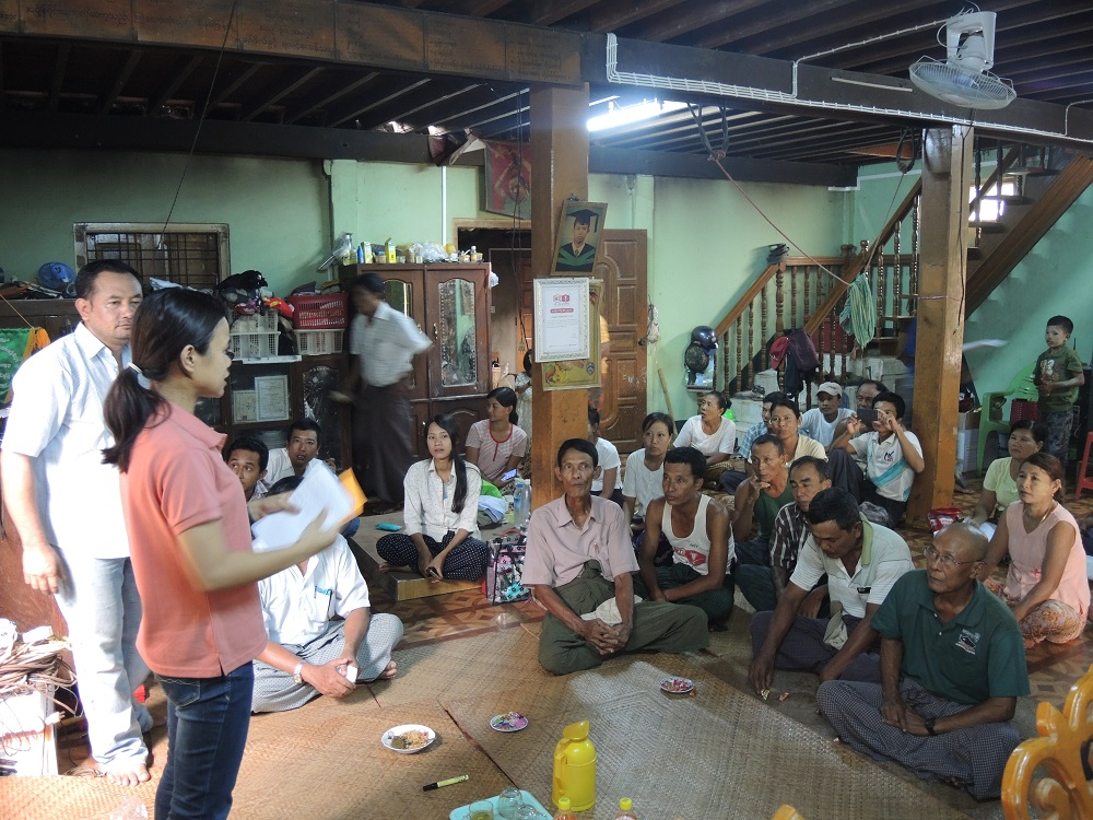 Myanmar farmers learn about improved methods for drying paddy at Learning Alliance meeting. (Photo: CORIGAP)