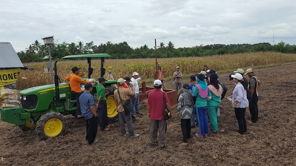 Farmers, extension workers, and students in Palembang learn firsthand the basic of laser land leveling. (Photos by R. Quilloy)