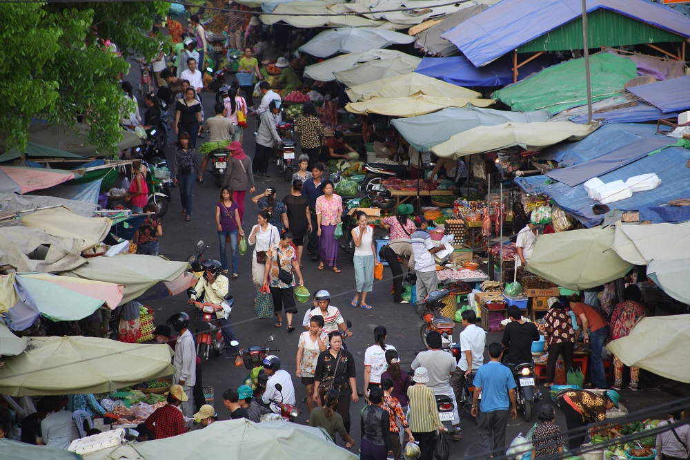 A market in Phnom Penh. Although the focus of Cambodian agricultural production is still on rice, farmers are also expanding their production to include crops like maize, cassava, and vegetables to generate more incomes. (Photo by Anika Molesworth)