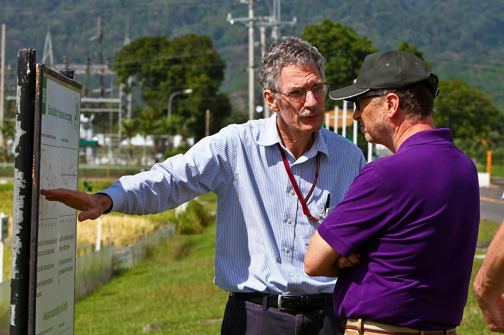 Dr. Buresh explains the importance of the LTCCE to Bill Gates. He managed the landmark experiment at IRRI for 17 years. (Photo by Isagani Serrano, IRRI)