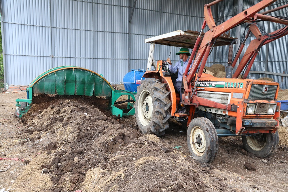 The rice straw compost turner machine was fabricated in Vietnam to move in smaller fields. (Photo by R. Quilloy, IRRI)