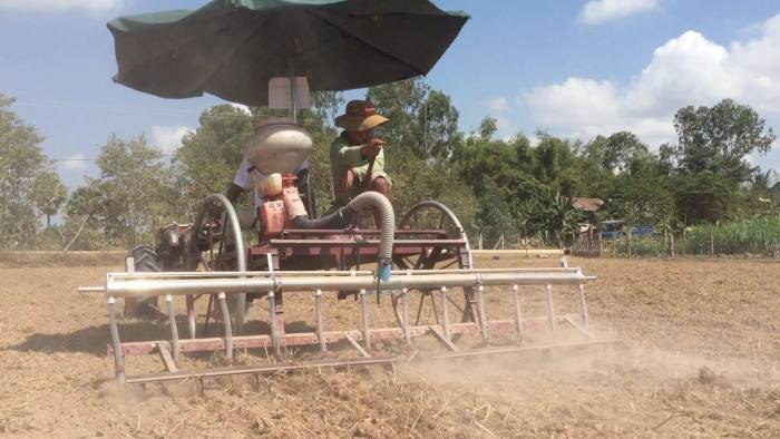 The Eli Rice Seeder uses high air pressure to shoot the seeds into the ground at a uniform spacing of either 15 or 25 cm. (Photo: Agri-Smart)