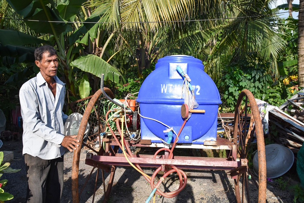 Mr. Soun shows his innovative sprayer for the Eli Rice Seeder for diffusing the biopesticide Trichoderma. (Photo: IRRI)