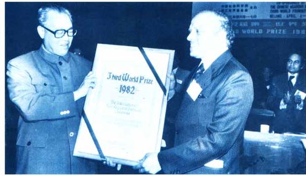 HE Zhao Ziyang, Premier, State Council of the People's Republic of China, presents the Third World Prize Scroll to Dr. S. Swaminathan. (Photo: IRRI)